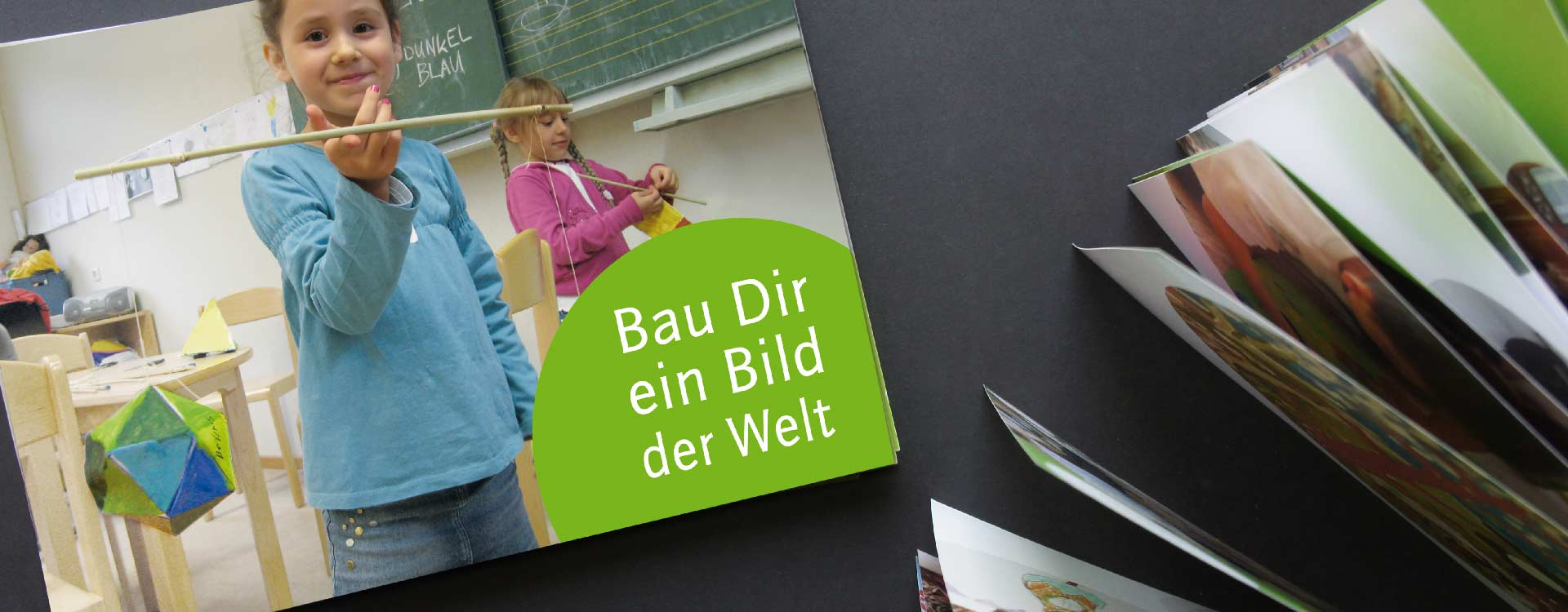 Front cover of the brochure Bau Dir ein Bild der Welt, which documents the workshops of the artist group mazum; Design: Kattrin Richter | Graphic Design Studio
